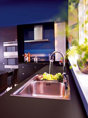 Pozor si treba dať pri umiestnení kuchynského drezu priamo pred okno. Zvážte spôsob otvárania okna, typ kuchynskej batérie ajej presné umiestnenie, aby nebránila otvoreniu okna.