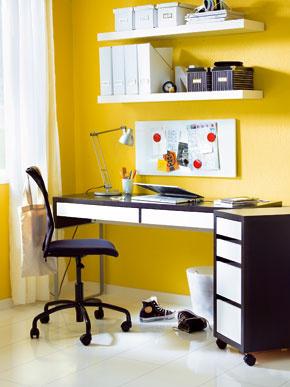 Ideálne umiestnený pracovný stôl pre pravákov je taký, na ktorý dopadá denné svetlo zľavej strany. Takto je stôl dostatočne osvetlený azároveň si rukou netienime pri písaní. To neplatí pre ľavákov, ktorí zrovnakých dôvodov potrebujú svetlo zpravej strany.
