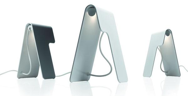Pred rokom sa prvýkrát rozsvietili elegantné stolné lampy Marca Zita pre značku Foscarini. Ich autor tvrdí, že svietidlo Tua zapôsobí priateľsky aj na nočnom stolíku.