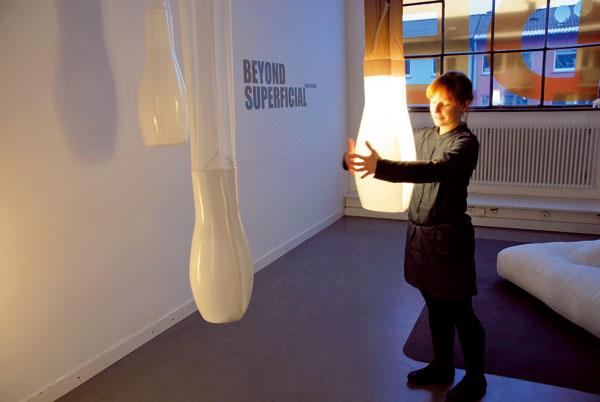 Lampám sa snažia nájsť nové podoby aj mladí dizajnéri. Jeden znápadov Niny Raitano, študentky dizajnu na Pforzeihm University vznikol vateliéri SOdA.