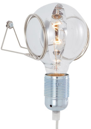 Lampu La plic pre Ligne Roset navrhli ako stálu pripomienku Edisonovej žiarovky. Zavesená na stene svieti svojimi 60 Wattmi.