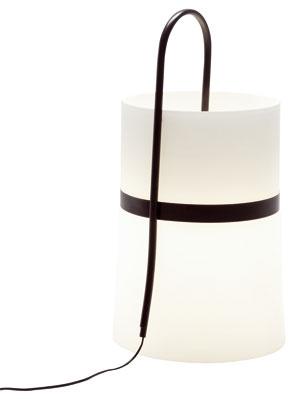 Stolné lampy pomáhajú vytvárať atmosféru na stoloch, komodách, skrinkách či nočných stolíkoch. Kreslia mäkké tiene, zaplavujú miestnosti teplým svetlom. Ich tvorcovia sa pohrávajú nielen stvarmi tienidiel aich podnoží, ale aj spôsobom, ako svietidlá napojiť energiou