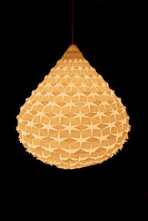 Návrhár Adam Juhasz vystavoval koncom minulého roka počas dizajnérskych viedenských dní hviezdnu slzu stropného svietidla.