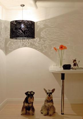 Kompaktné energeticky úsporných žiarivky sa vyrábajú vrôznych tvaroch. Možno ich namontovať prakticky do každého svietidla. Za lustrom skrajkovým tienidlom zakvitla stena adomáci si užívajú svetelnú pohodu.