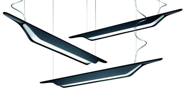 Do miestností, kde sa dlho svieti, patria kompaktné úsporné žiarivky. Vyrábajú vo viacerých odtieňoch teplej bielej. Stropné svietidlá značky Foscarini