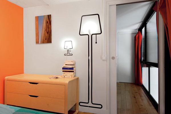 Humorne vyriešila problém smalým priestorom návrhárka Alice Rosignoli, keď dvojdimenzionálne naznačila zažitý tvar stojacej lampy apotom doň umiestnila skutočné svietidlo