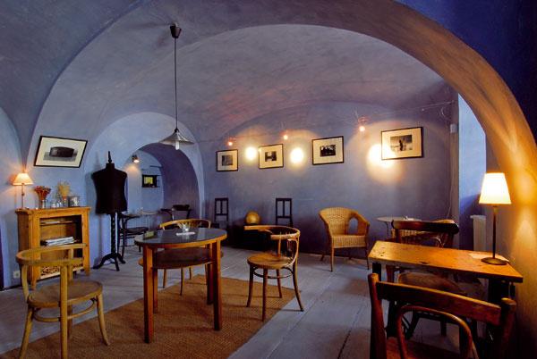 V kaviarni na prízemí zachovali podlahu z dubových dosiek. Bola presiaknutá neodstrániteľnými olejovými škvrnami. Natreli ju v rovnakom sivomodrom odtieni ako aj steny klenbovej miestnosti.