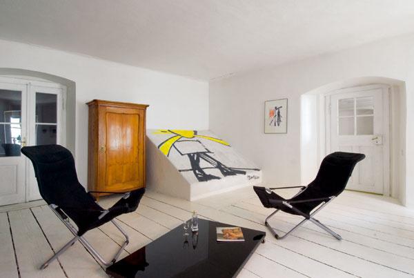 Techno prvky – kovové police, súčasné svietidlá, moderné ľahké kreslá a len niekoľko kusov nábytku. Úplne stačí, ak im je milá blízkosť a sošnosť masívnych kamenných stien a klenbových stropov. Netradične umiestnené výtvarné dielo na šikmine, pod ktorou sa z prízemia dvíha schodisko, je pozornosťou výtvarníka Richarda Konvičku.