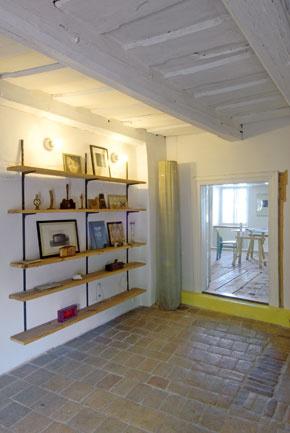 Z podlubia sa voľakedy vychádzalo schodiskom do stredu prvého podlažia. Tu sa dom delil na dve časti. Potom niekto tento výstup zamuroval a schody stočil ešte jedným ramenom do krajnej miestnosti. Odtiaľ sa teraz prechádza dvomi izbami s oknami do ulice. Potom, ako sa prejde malou halou, možno vojsť do malej pracovne s výhľadom na bývalú vodnú priekopu alebo do spálne s oknom, ktoré sa otvára do nádvoria.