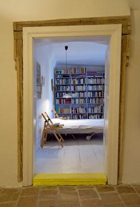 Pôvodná stavba ich očarila už pri prvej návšteve. K atrakciám a zvláštnostiam domu patria aj staré a pekne krivé zárubne ako tie, na ktorých sa otvárajú dvere do spálne.