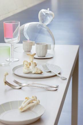 Geometricky asympaticky pôsobia poháre ukryté pod skleneným zvonom. Trochu staré apredsa nové, tak ako bývanie vBudyni.