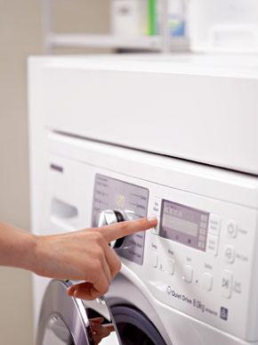 Aby bola biela belšia afarby žiarivejšie, pridajte do každej várky prania 1hrnček (125 ml) sódy na pranie alebo pridajte citrónovú šťavu. Potom, ak vám to bytové podmienky dovoľujú, nechajte bielizeň voľne uschnúť na vzduchu.