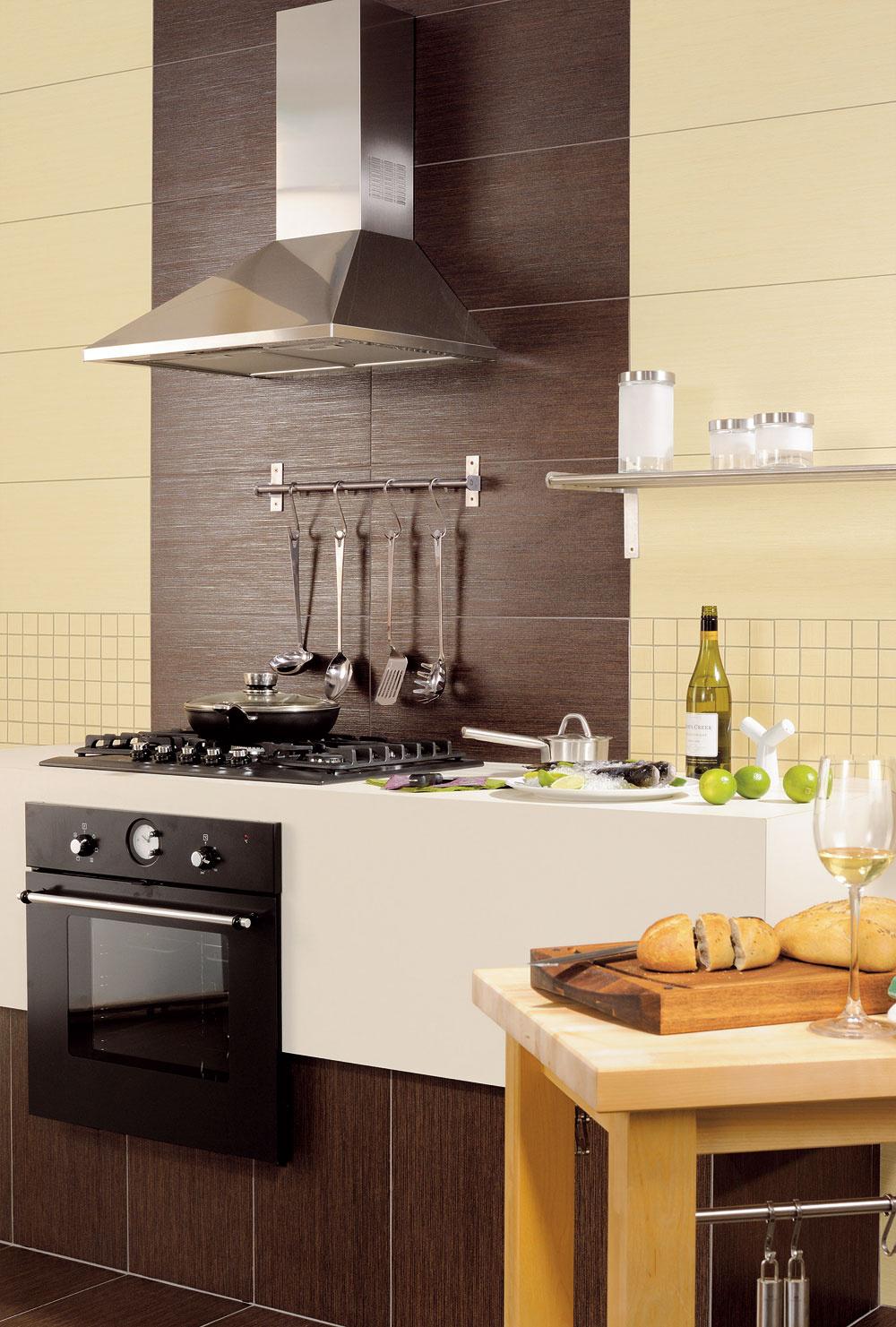 Výška osadenia kuchynského odsávača pár je väčšinou určená výrobcom aje uvedená vpopise výrobku. Treba si dať pozor na jeho umiestnenie aj vzhľadom na výšku členov domácnosti, aby sa pri predklone nad hrniec neudierali do hlavy. Pozor tiež na typ varnej dosky alebo sporáka vsúvislosti so záhlavím kuchynskej linky. Pri plynovom sporáku je neprípustné použiť rôzne fóliované panely ainé PVC napodobeniny obkladu. Vyberte si keramický obklad, plech znehrdzavejúcej ocele alebo sklo.