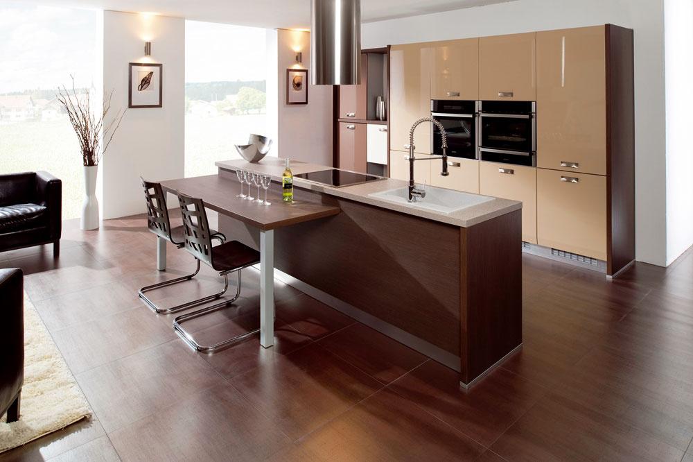 Ak si vobytnej kuchyni plánujete vytvoriť kuchynský ostrovček aj svarným panelom, kuchynským drezom ainými spotrebičmi, je dôležité na to myslieť pri príprave inštalácii aprípojok. Vtakomto prípade je nutné vytvoriť napojenie vpodlahe.