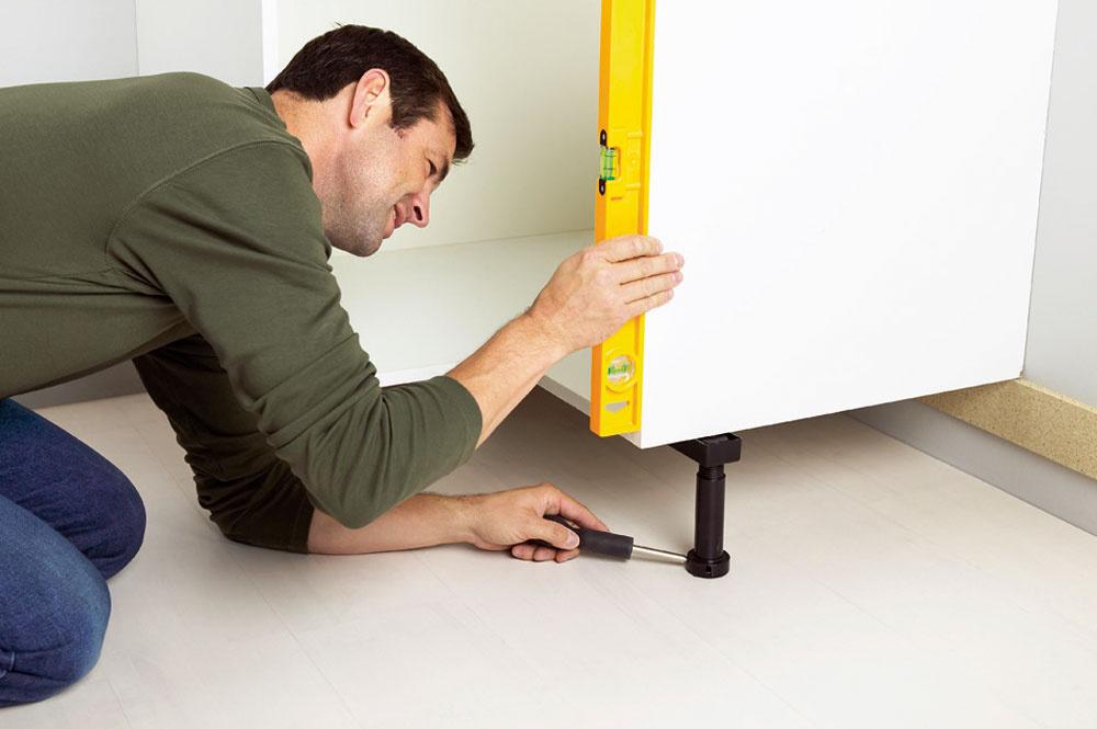 Častým problémom podlahy vkuchyni býva jej nerovnosť. Preto je dobré poobzerať sa po nastaviteľných nožičkách pod spodné skrinky, ktoré sa nerovnosti podlahy prispôsobia.