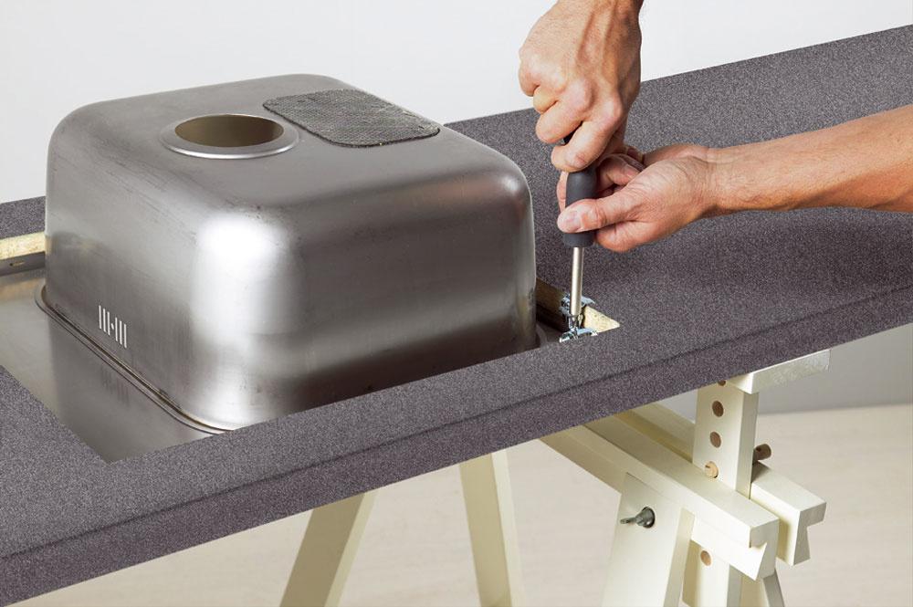 Napojenie kuchynského drezu apracovnej dosky musí byť precízne, aj sohľadom na neustálu prítomnosť vody. Najmä drevotrieskové dosky musia byť chránené proti vode vkaždom detaile.