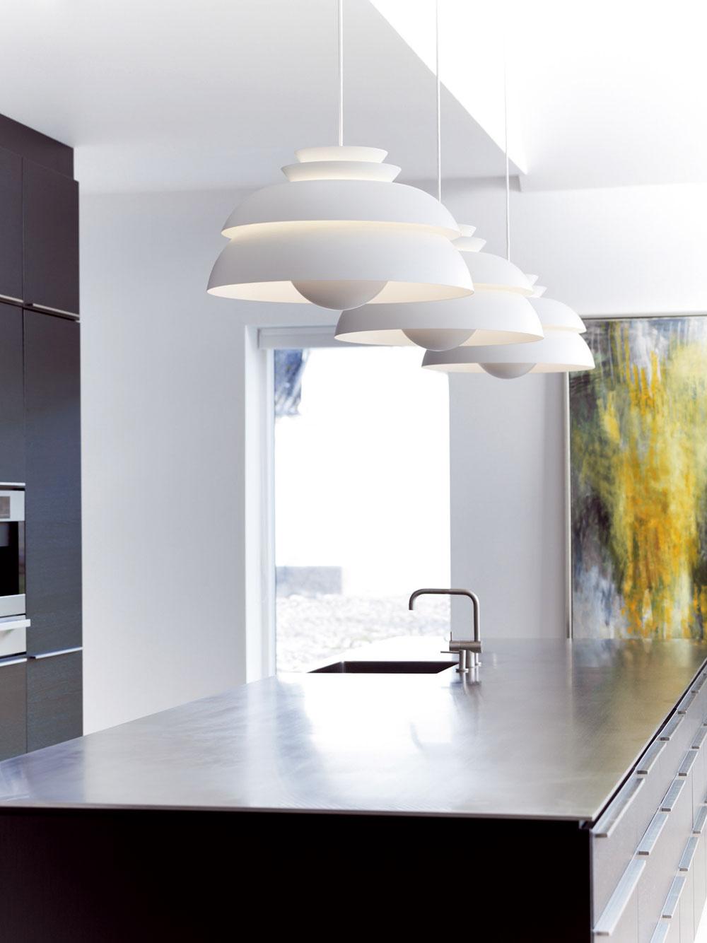 Pri plánovaní kuchyne nezabudnite na vhodné adostatočné osvetlenie ajeho napojenie na elektrickú sieť. Ak budete mať výkresy spresným umiestnením zariadenia, bude aj elektrikárovi jednoduchšie pripraviť podmienky na presné osadenie svietidiel ešte pred realizáciou povrchových úprav.