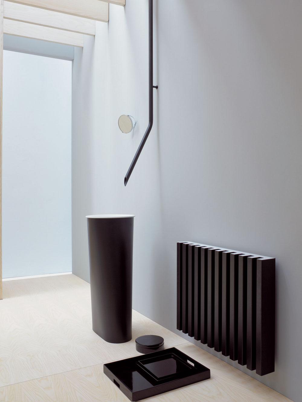 Moderná kúpeľňa je tajomná aplná prekvapení. Ak ju chcete aj vy takú, musíte vopred plánovať. Dizajnovo atraktívna je batéria vystupujúca zo stropu, podmienkou jej inštalácie je však prívod vody vstrope aodvod vody vpodlahe. Ak ich máte, budete mať puristicky čistú kúpeľňu. Tieto dizajnové prvky si však vyžadujú odbornú realizáciu aj snávrhom všetkých detailov. Toto nie je na svojpomocné práce.