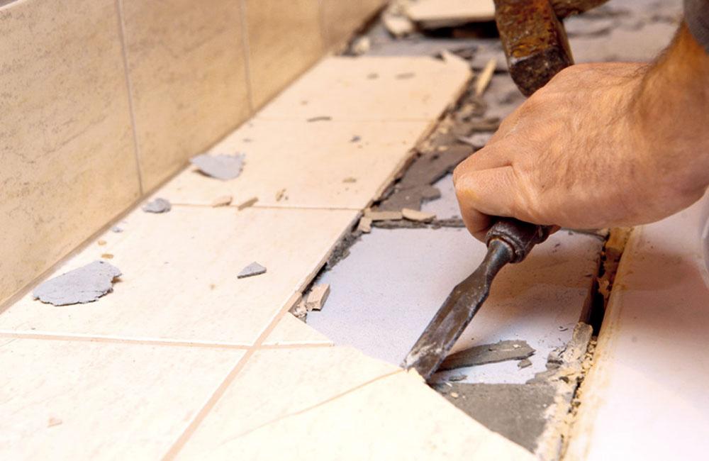 """Pri """"kozmetických"""" úpravách kúpeľne bez stavebných zásahov môžete, ale aj nemusíte odstraňovať starý obklad. Urobte to iba vprípade, ak jeho súdržnosť spodkladom je už diskutabilná. Ak je podlaha vporiadku, nie je nutné ju odstraňovať. Novú možno inštalovať priamo na pôvodnú plochu."""