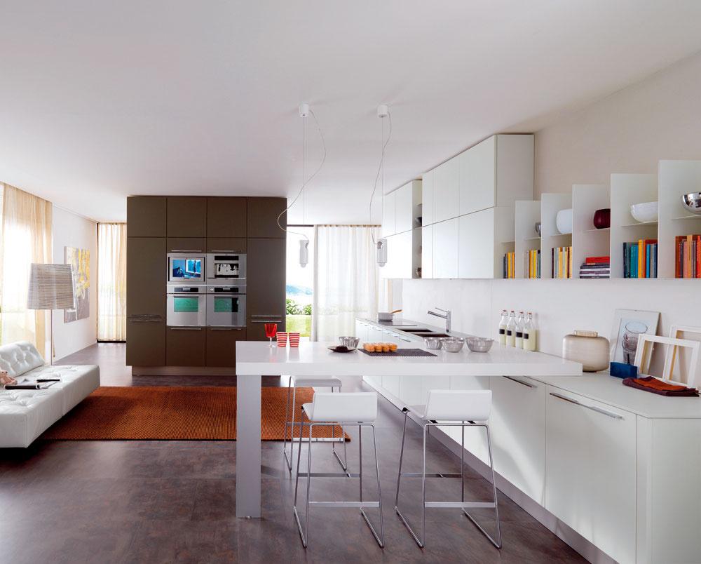 Kuchyňa už dávno nie je tým, čím bola. Už to nie je iba miestnosť určená na prípravu a konzumáciu jedla. Dnes je to spoločenský priestor, svojim využitím porovnateľný s obývacou izbou, s ktorou je popreplietaný. Takže ak chcete vytvoriť moderný priestor kuchyne, určite oslovte architekta. Pomôže vám s jej novou funkciou a určite vám ponúkne množstvo nápadov a technických riešení, ktoré by vám ani na um neprišli. Napríklad: čo keby ste pripojili k rúram na pečenie a mikrovlnke aj televíznu obrazovku? Dnes to nie je žiadny problém, len treba na to myslieť vopred.