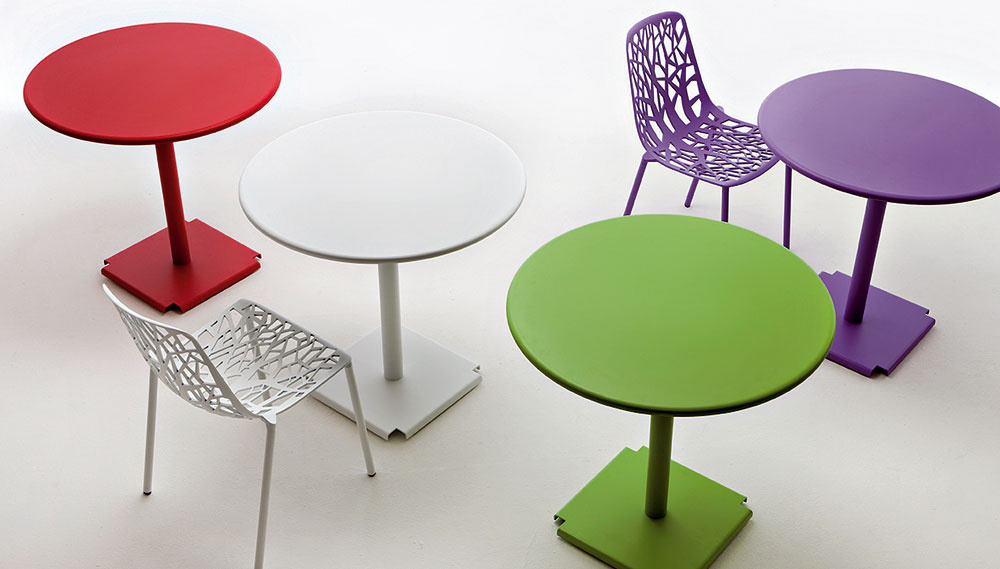 Stolička Pagina od firmy Fast zlešteného hliníka vrôznych farbách. Cena 326 €. Stôl Tonic zlešteného hliníka, priemer 67 cm. Cena 453 €. Predáva Design House.