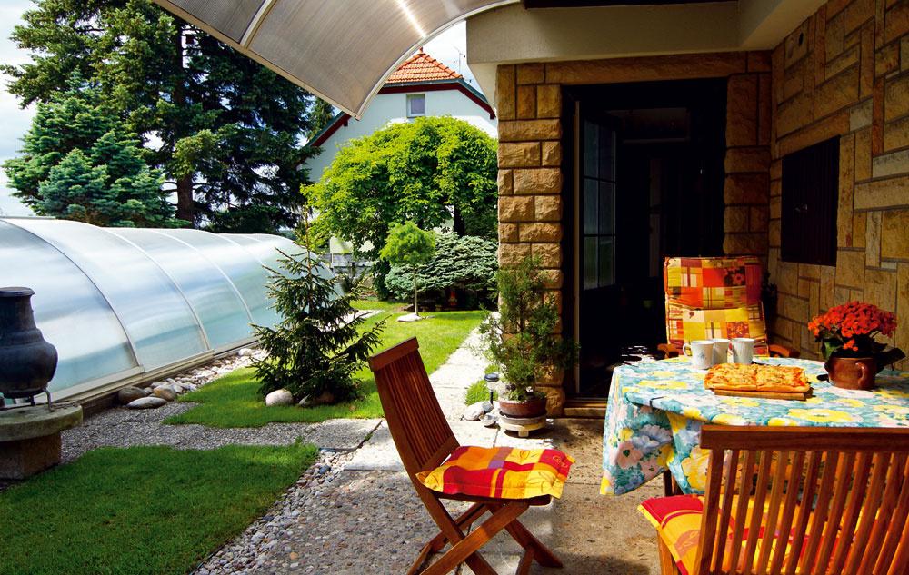 Terasa pod balkónom Oblúk vedľa oblúka – kryt bazéna, strieška nadväzujúca na balkón, tvar keramického kozuba, výsadba na konci záhrady… Makrolónová strieška rozšírila obytný priestor apred domom vznikla vďaka nej príjemná krytá obytná terasa. Pizza smozzarellou, ktorú nám tu pán domáci naservíroval, chutila skvelo.