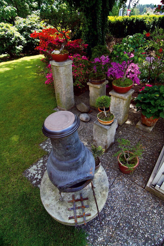 Za príjemných letných večerov slúži na dotvorenie atmosféry v rôznych častiach záhrady mobilný keramický kozub.