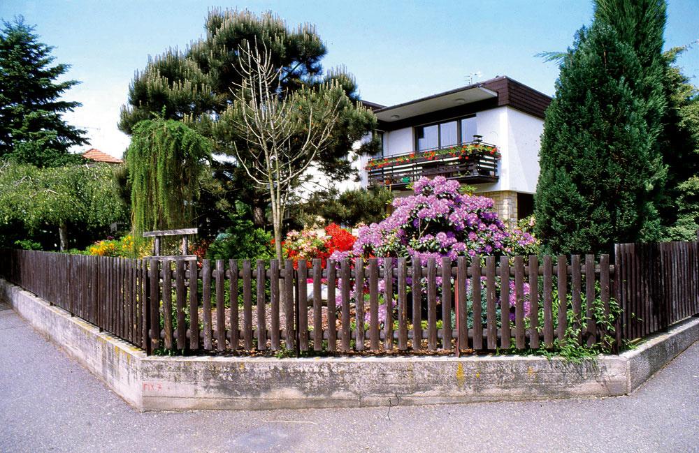 Záber z roku 1999. Dnes zakrýva pohľad do záhrady na rohu ulice tvarovaný živý plot z tisu. Už len málokto tak môže nahliadnuť do jej pôvabných zákutí.