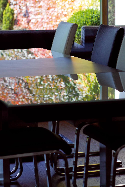 Za jedálenským stolom sa sýtia výhľadom do záhrady.