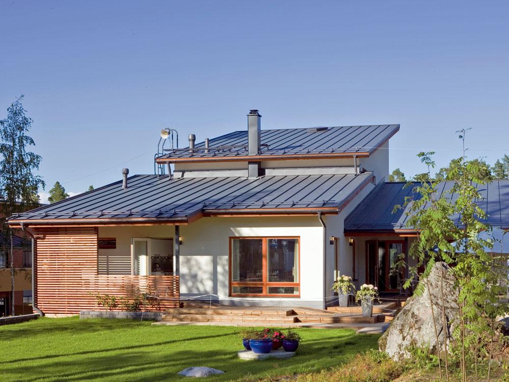 """Aj výškovo členitý dom sa dá prekryť jednoduchou strechou, ktorá celý dom """"pekne usadí""""."""
