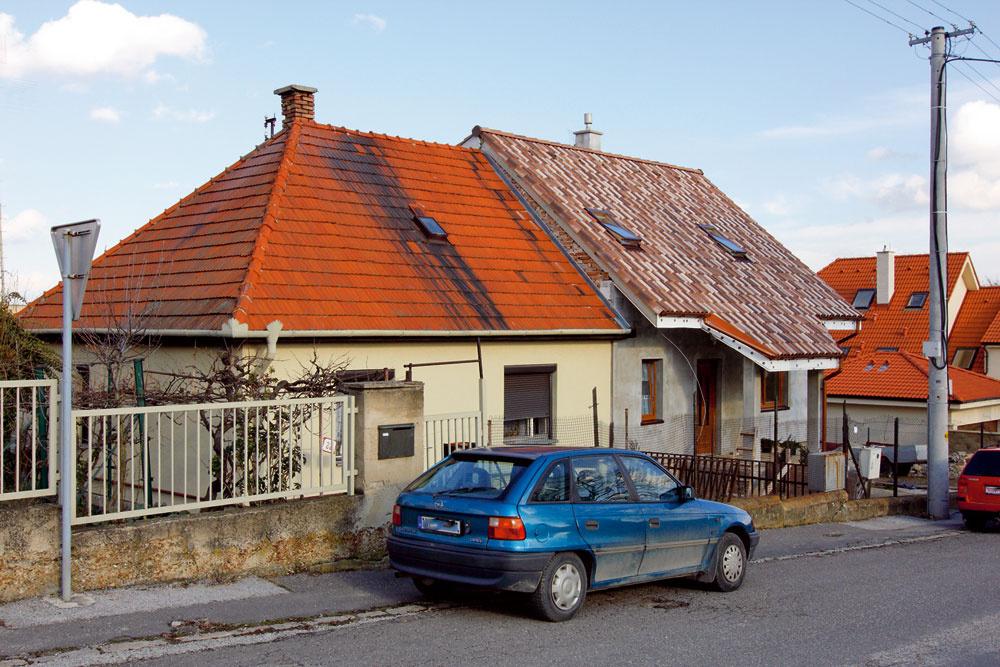 Aj vtomto prípade je nová strecha vpravo úplnou katastrofou, napriek tomu, že je nová. Vsúvislosti sokolím pôsobí ako rana do oka. Keby ste aspoň sklon zachovali, ale najviac jej uberá ten cíp, čo visí nad dverami. Tá stará ašpinavá je teda krajšia.