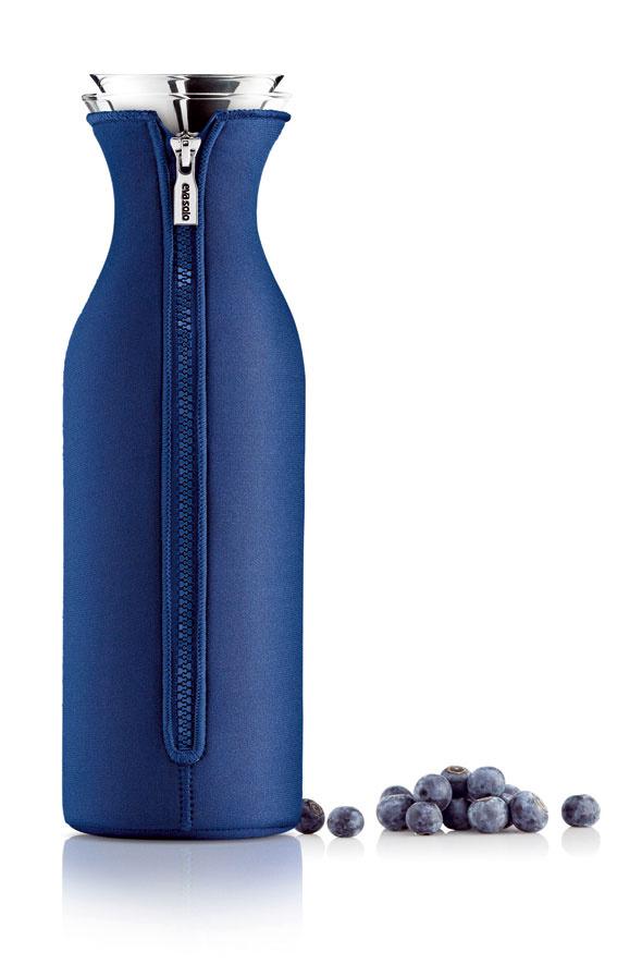 Sklenená karafa do chladničky oblečená vneopréne od firmy Eva Solo. Objem1liter. Cena 59 €.
