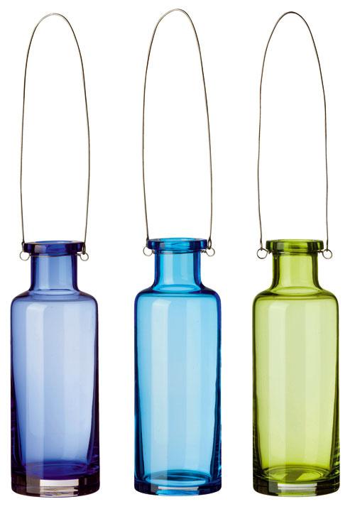 Vázy Lantställe zručne fúkaného skla, soceľovým držiakom na zavesenie. Výška 21 cm. Cena 3,99 €/ks.