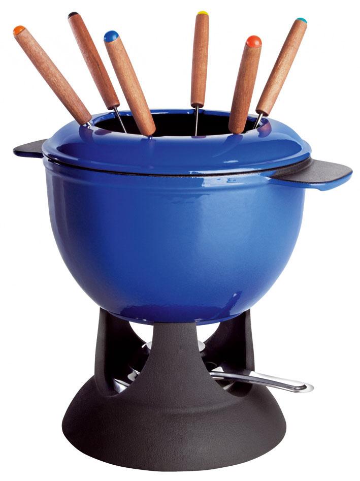 Súprava na fondue Senior zo smaltovanej liatiny, horák zocele, rúčky zlakovaného kaučukovníka. Nádobu môžete predhriať na všetkých typoch varných dosiek, rýchlejšie tak dosiahnete správnu teplotu. Cena 34,99 €.
