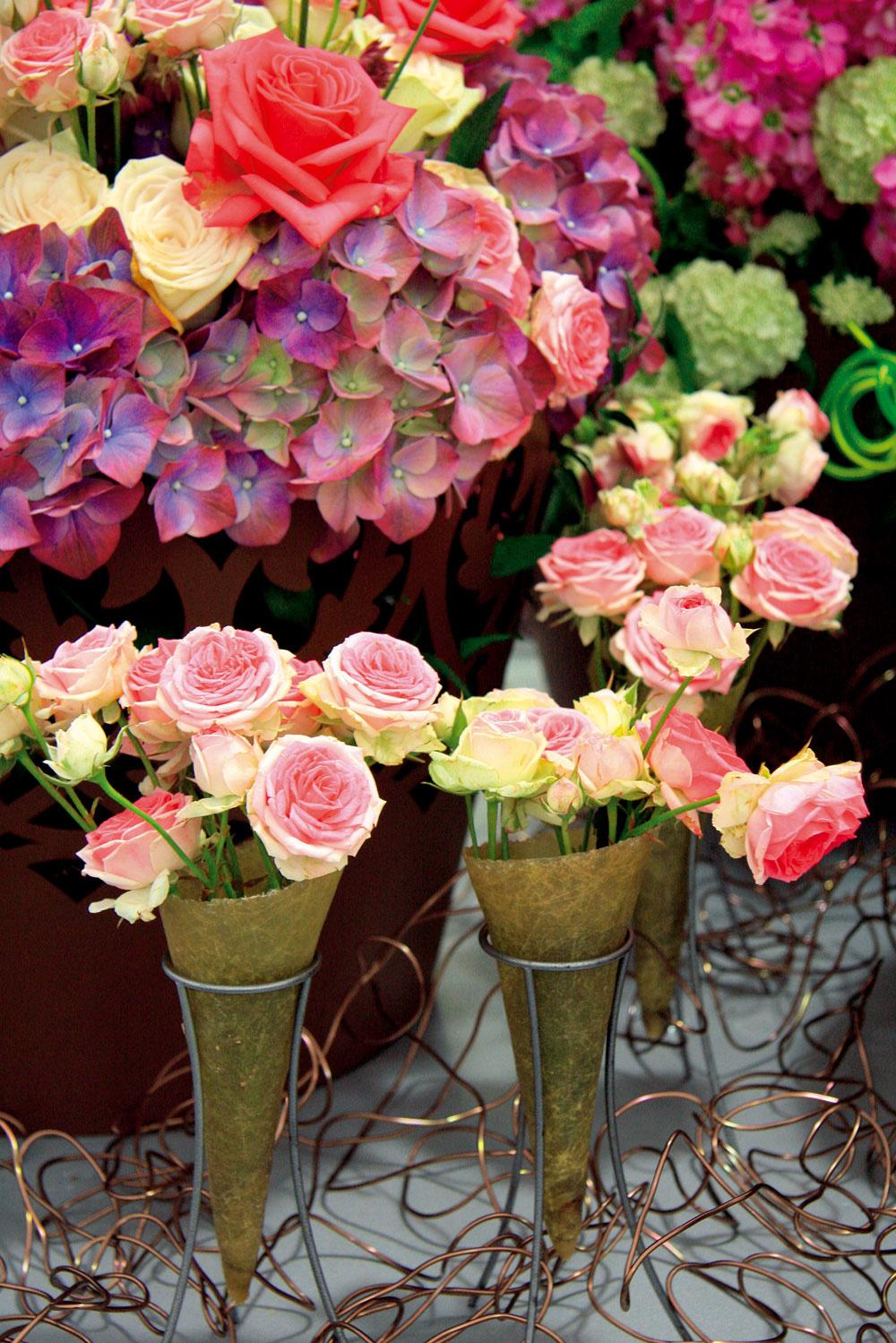 Tip na dekoráciu:  Ruže zvlastnej záhrady Najkrajšie anajvzácnejšie kvety sú tie, ktoré si človek vypestuje sám. Vtomto období hýria záhrady množstvom nádherných kvetín, ku ktorým nesporne patria ruže. Práve znich sa dajú vytvoriť krásne aletnou atmosférou dýchajúce kvetinové dekorácie. Môžete si ich nainštalovať vinteriéri alebo aj exteriéri – napríklad na terase. Ak chcete, aby vám rezané ruže vydržali vo váze čo najdlhšie, mali by ste ich zberať ráno. Pomôže aj odstránenie všetkých listov zkoncov stoniek. Pri vkladaní ruží do vázy nesmú byť nijaké listy ponorené vo vode. Stonky nazberaných ruží šikmo zrežte ostrým nožom apotom urobte ešte jeden, čo najhlbší priečny zárez. Okrem toho sa vyplatí jemne zoškrabať aj zelenú časť, teda jemnú kôru zo stoniek. Takto predĺžite trvanlivosť rezaných kvetov. Myslite aj na výživu, ktorú vopred primiešajte do vody. Nezabudnite, že váza sružami by nemala byť vbyte umiestnená na príliš slnečnom mieste.