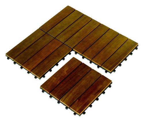 Na balkónoch je podlaha väčšinou vyriešená keramickou dlažbou, čo je síce praktické zhľadiska údržby, no bosou nohou ňu nestúpite. Skúste si na ňu položiť jednoduchú skladačku zagátového dreva. Je to jednoduché, technicky nenáročné aefektné.