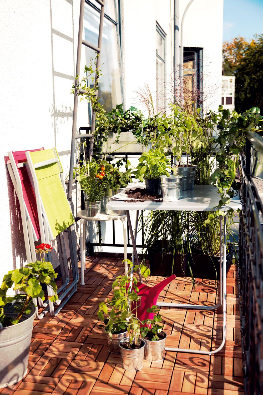 Na trhu existujú veľmi zaujímavé kolekcie rozmermi akonštrukciou prispôsobené malej ploche balkóna. Ľahká kovová konštrukcia skladacieho nábytku, spolu so sviežou umelou tkaninou odolnou proti vlhkosti sú veselou ananajvýš vhodnou voľbou pre nábytok na malý balkón alebo lodžiu.
