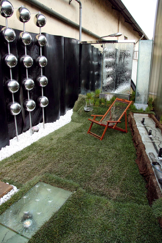 Aj zdanlivo škaredá atmavá terasa sa môže strochou fantázie premeniť na oázu. Hrajte sa avymýšľajte, nič to, keď sa to na prvýkrát nepodarí, veď ako záhrada, aj terasa abalkón by mali byť živými organizmami, ktoré sa vyvíjajú.