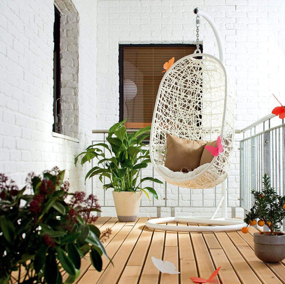 Kreslo smäkkým vankúšom môže mať rôzne podoby. Budete mať romantiku na balkóne ako nikto iný. Pozor však, ak máte malé deti!