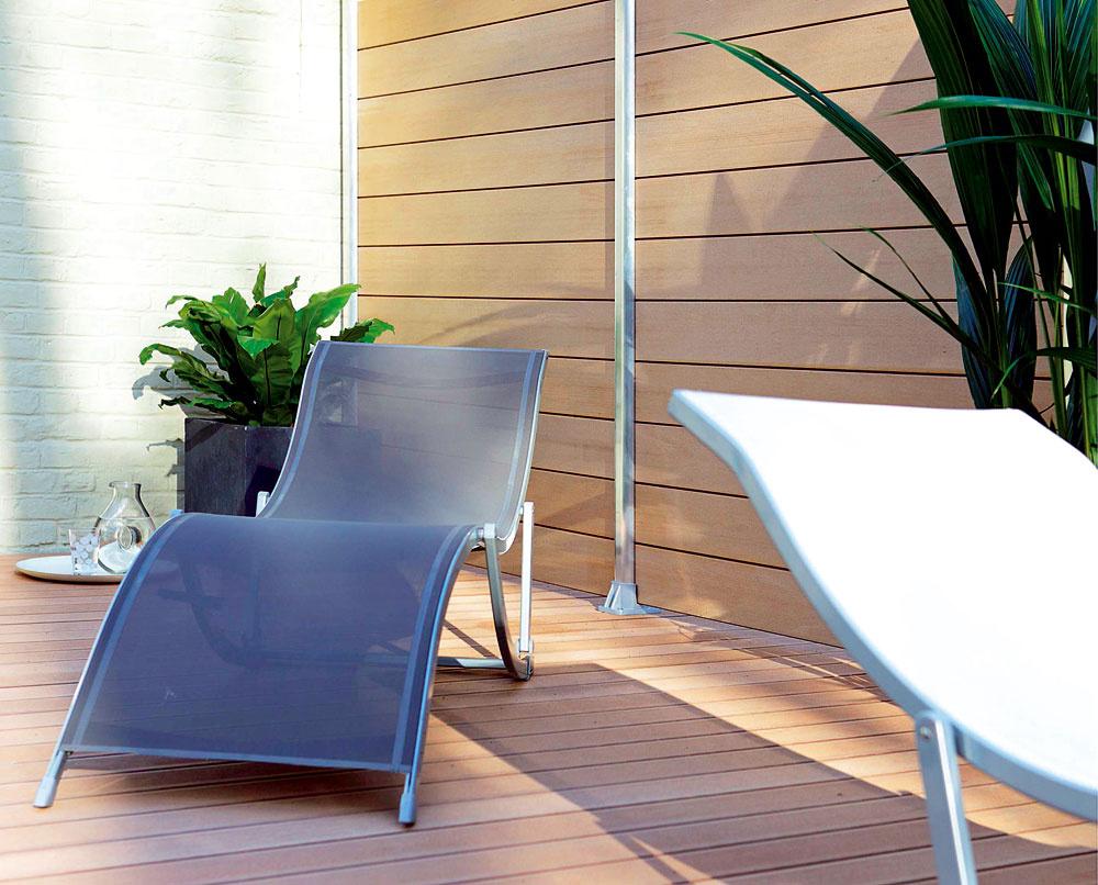 Dve terasy vedľa seba apri grilovaní si pozeráte do taniera so susedom? Nové projekty bytových domov často zabúdajú na intimitu priestoru. Môžete si pomôcť jednoduchým aefektným spôsobom, ktorý nezaberie veľa miesta avytvorí súkromie. Drevoplastové dosky sú praktickým moderným materiálom svlastnosťami plastu avzhľadom dreva, čiže netreba ich natierať ani impregnovať, aby dlho vydržali.