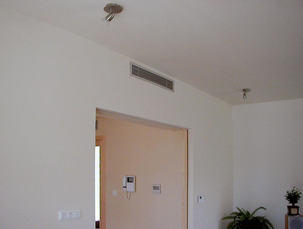 Veľmi decentným riešením je kanálová klimatizačná jednotka Mitsubishi Electric SEZ-KD, keďže je zabudovaná vsadrokartónovej priečke, vmiestnosti vidno iba výfukovú mriežku.