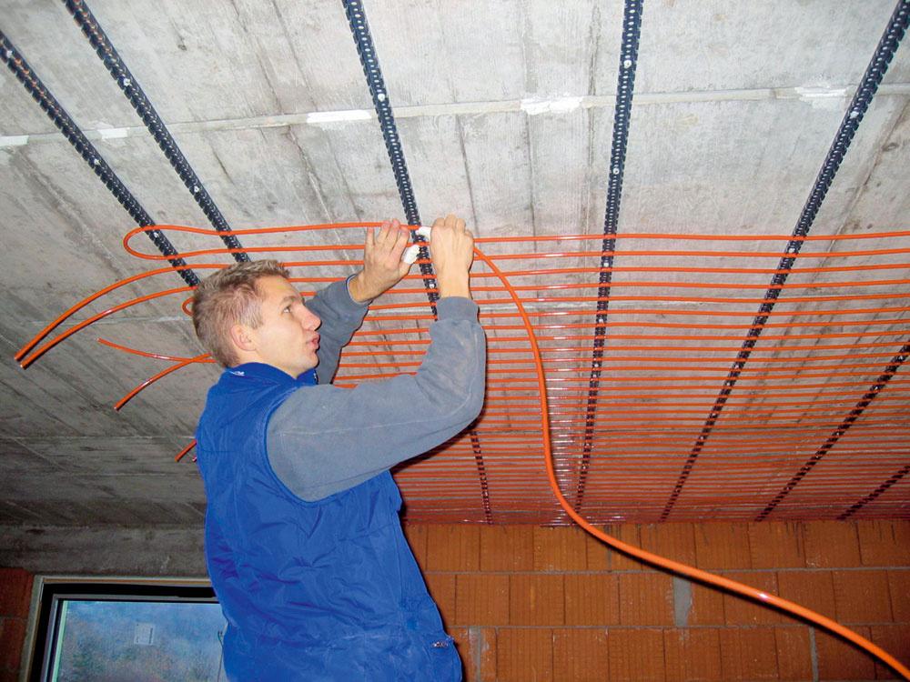 Montáž podomietkových registrov stropného chladenia.