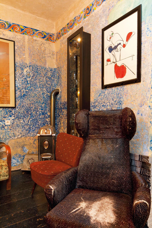 Vydarená litografia Le Corbusiera osviežila staromilský kútik v spoločenskej miestnosti. Priviezli si ju z francúzskeho Ronchamp.