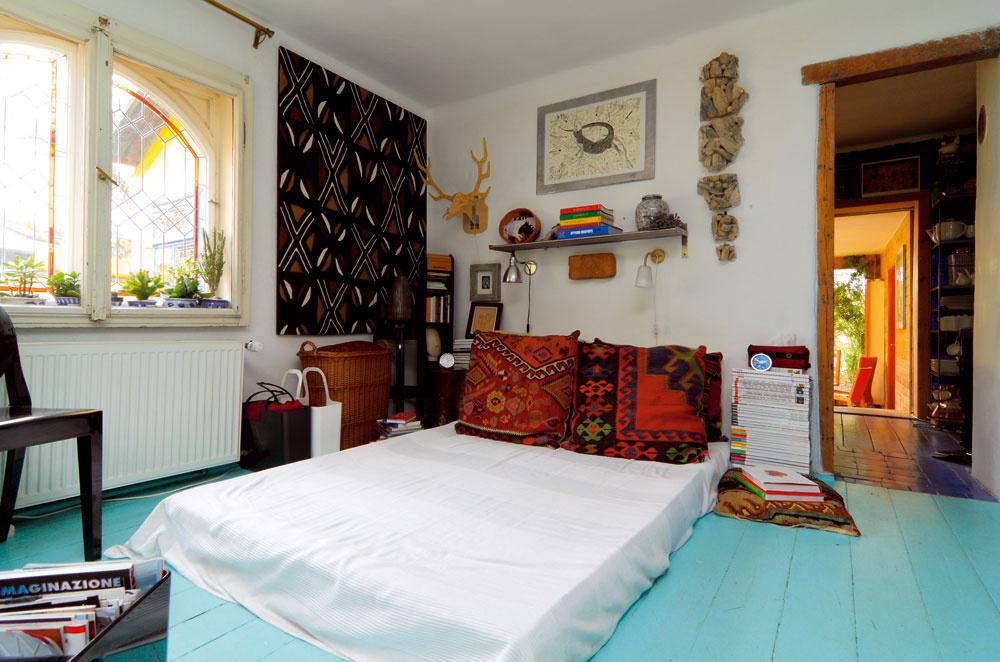 Spálňa vprvom domčekom sa nedávno prefarbila do modrozelených odtieňov. Aj tu si ponechali pôvodnú drevenú dlážku. Nad posteľou im istí manželské súžitie stará tehla ztřebíčskych tehelní.