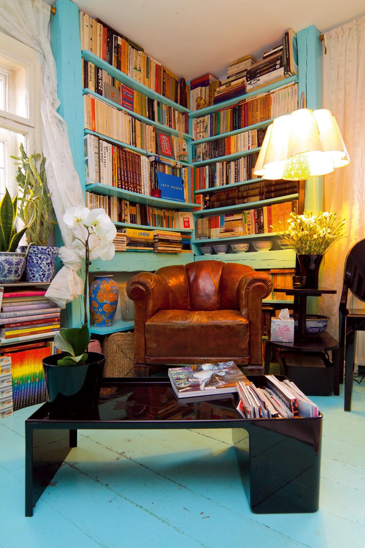 """Knižnica vich prvom domčeku so zmesou nábytku adoplnkov rôznych štýlov, pôvodu aveku zariadená scitom pre farby akrajnú"""" mieru, keď veľa ešte nie je priveľa."""