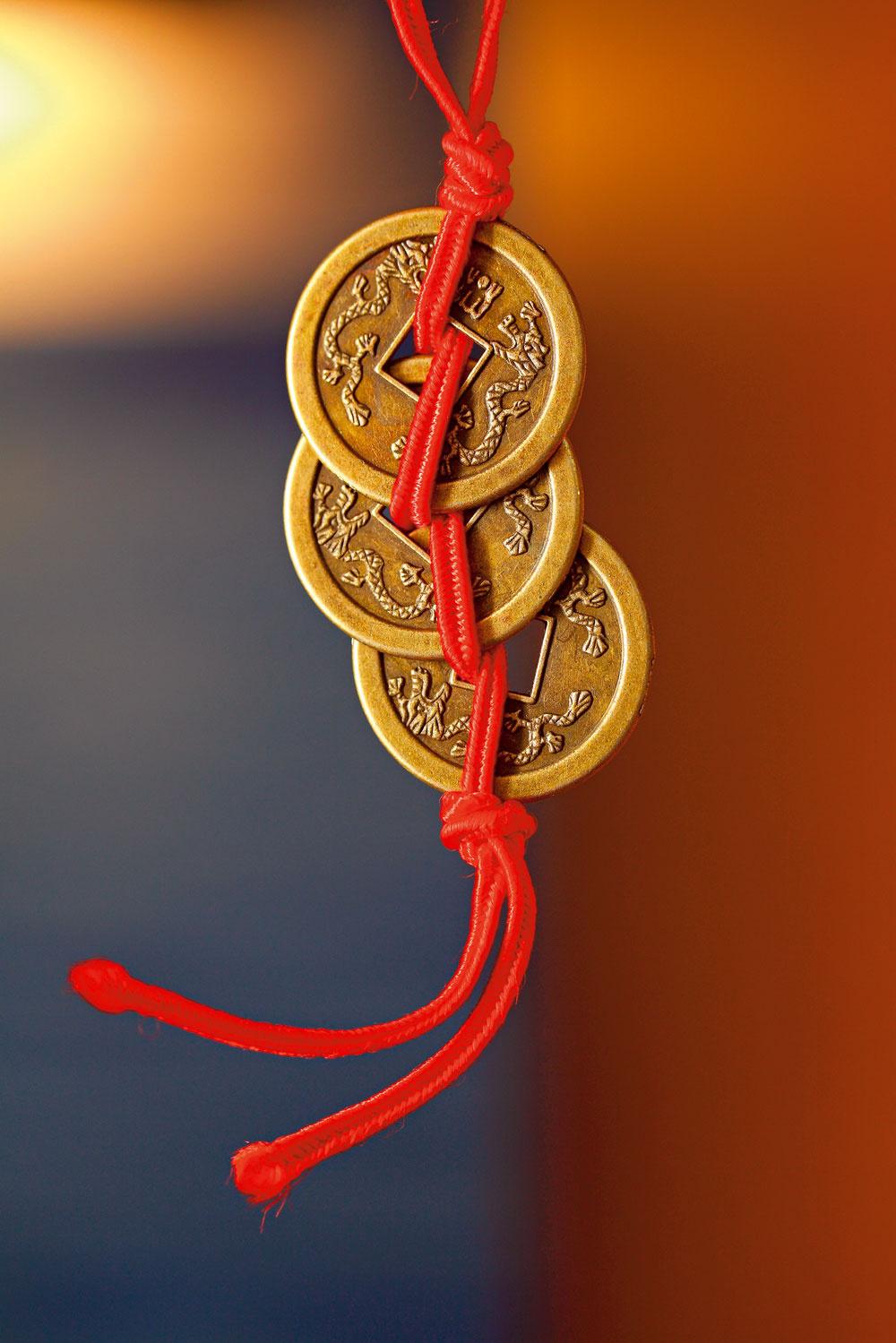 Čínske mince aktivujú oblasť financií. Ich účinok je vraj silnejší, ak sa zviažu červenou niťou. Môžete ich nosiť v peňaženke alebo ich zavesiť nad vchodové dvere.