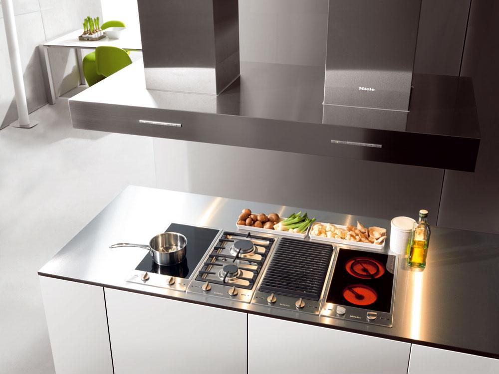 Pokiaľ šetríte miestom a napriek tomu radi varíte, siahnite po prístrojoch z radu Miele CombiSet. Vybrať si môžete gril, sklokeramickú, plynovú či indukčnú varnú dosku, indukčný wok, fritézu alebo tepan a to všetko už od šírky necelých 29 cm. Prístroje sú dizajnovo zladené tak, že ich v prípade potreby môžete ľubovoľne kombinovať. Cena od 692 €.