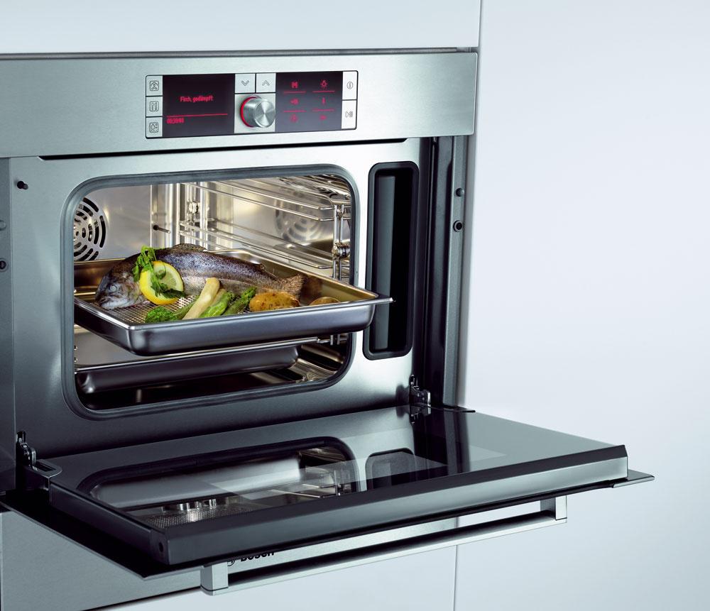 Kompaktná parná rúra Bosch HBC 36D753 s antikorovým varným priestorom s objemom 32 l, so závesnými roštmi. Beztlakové varenie v pare 35 °C až 100 °C, horúci vzduch 30 °C až 230 °C, kombinovaná prevádzka 120 °C až 230 °C, regenerácia (zohrievanie), varenie, rozmrazovanie, mierne pečenie, predhrievanie, udržiavanie teploty. Celosklená vnútorná strana dvierok rúry, automatický odvápňovací a čistiaci program, AutoPilot 70 (70 automatických programov s ukazovateľom hmotnosti), digitálny textový displej, ukazovateľ denného času, budík, odložený štart, zásobník na vodu s objemom 1,3 l, ukazovateľ jeho vyprázdnenia, umiestnenie parného generátora vo varnom priestore, detská poistka, bezpečnostné vypínanie rúry. Cena 1 749 €.