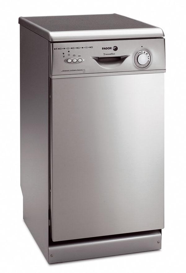 Zabudovateľná umývačka riadu Fagor 1LF-453 IX so šírkou 45?cm, s hlučnosťou 52 dB. Variabilná spotreba, pohyblivé spodné rameno, spotreba vody 14 litrov, 4 programy umývania, horný kôš s reguláciou výšky, digitálny displej: zvolený program, zostávajúci čas do ukončenia programu a oddialené spustenie až o 12 hodín. Odporúčaná cena 699 €.