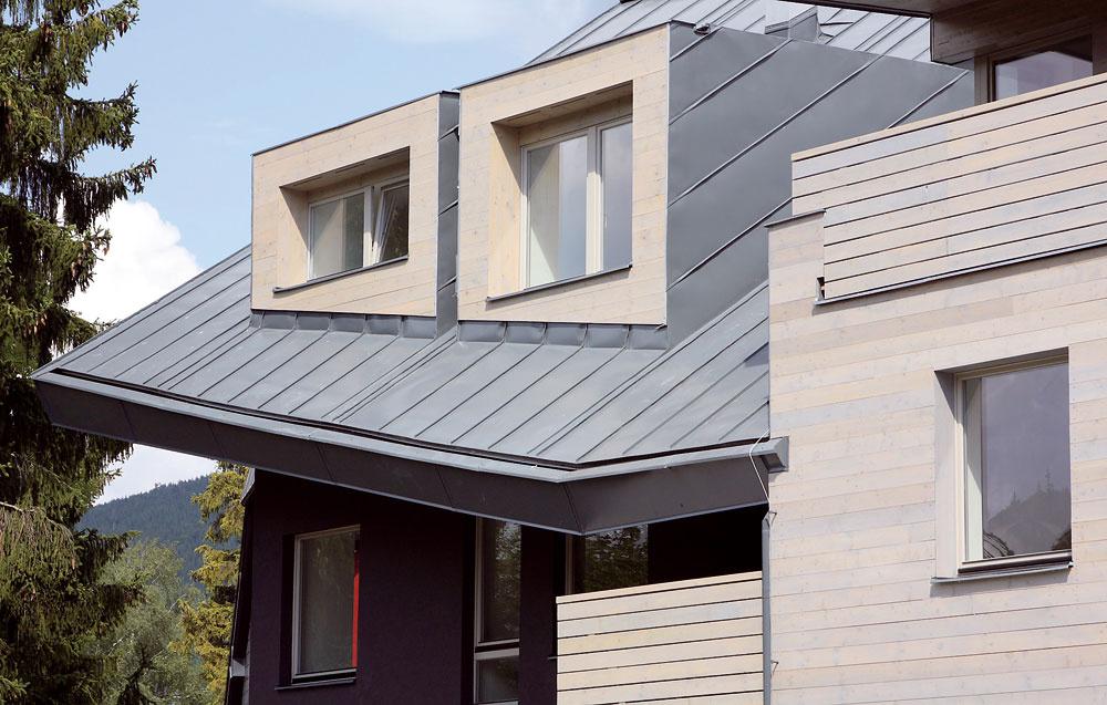 Plechovú ľahkú krytinu možno použiť na akýkoľvek sklon šikmej strechy, profilovanú krytinu od sklonu 22°. Najčastejšie používaným materiálom je pozinkovaná oceľ, vyrába sa aj medená, zinková, hliníková a titánzinková krytina.
